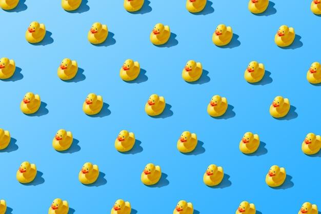 Postura plana de um padrão de pato de borracha amarelo de verão criativo. foto de alta qualidade