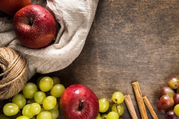 Postura plana de uvas de outono e maçãs com barbante