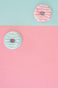 Postura plana de variedade de donuts vitrificados coloridos com espaço de cópia