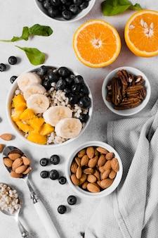 Postura plana de variedade de frutas orgânicas