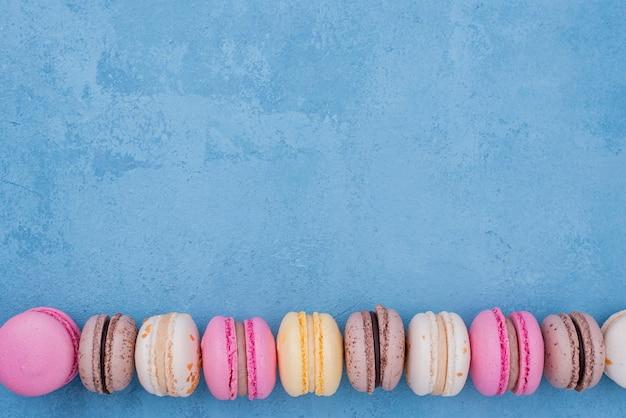 Postura plana de variedade de macarons com espaço de cópia