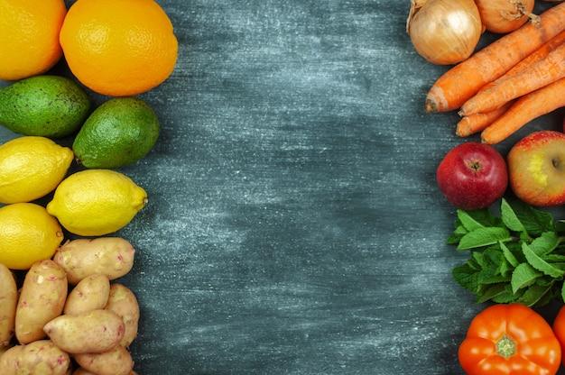 Postura plana de vegetais crus multicoloridos em um fundo preto, quadro de comida. produtos locais para uma cozinha saudável. produtos ecológicos. alimentos limpos. vista do topo. copie o espaço.