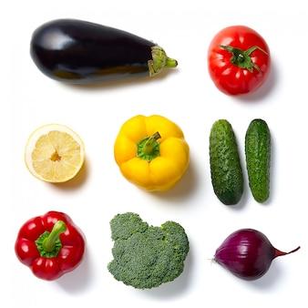 Postura plana de vegetais. legumes crus, pepino couve roxa espinafre tomate páprica cebola brócolis erva, muito espaço para texto