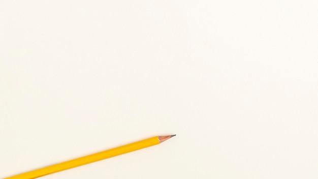 Postura plana de volta ao lápis da escola