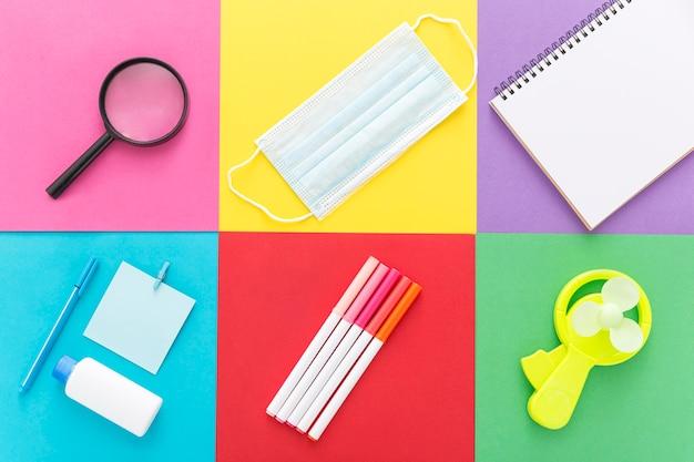 Postura plana de volta ao material escolar com lápis e caderno