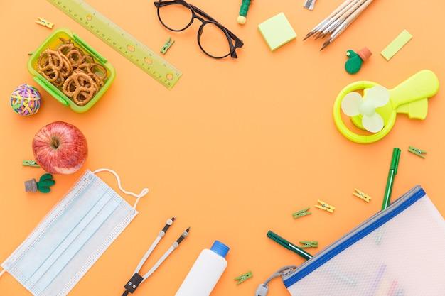 Postura plana de volta ao material escolar com óculos e almoço
