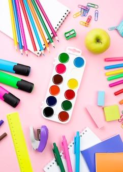 Postura plana de volta aos artigos de papelaria da escola com lápis coloridos