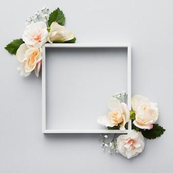 Postura plana do belo conceito floral com espaço de cópia