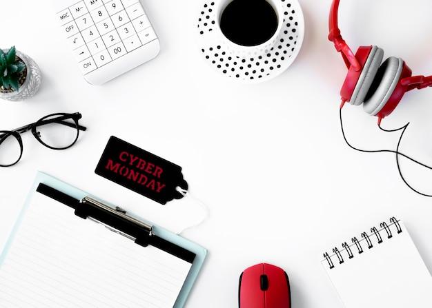 Postura plana do bloco de notas com fones de ouvido e etiqueta cyber segunda-feira