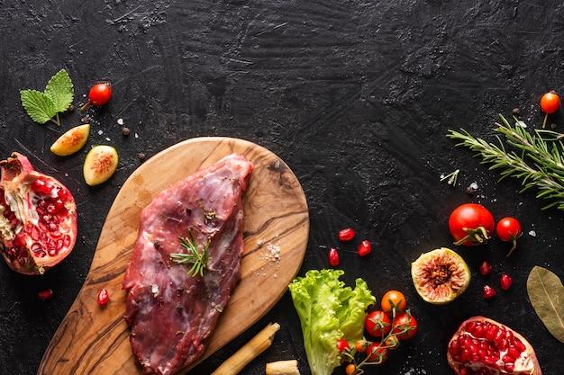 Postura plana do conceito de carne com espaço de cópia