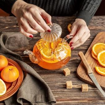 Postura plana do conceito de chá com fatia de laranja