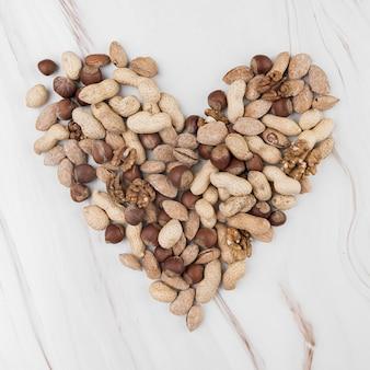 Postura plana do conceito de chesnuts de coração