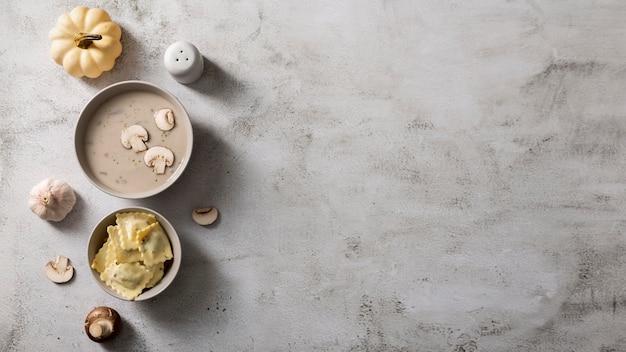 Postura plana do conceito de comida deliciosa com espaço de cópia