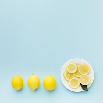 Postura plana do conceito de limão com espaço de cópia