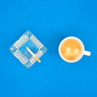 Postura plana do conceito de manhã de mau hábito