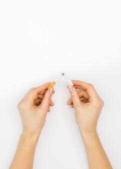 Postura plana do conceito de mau hábito cigatette