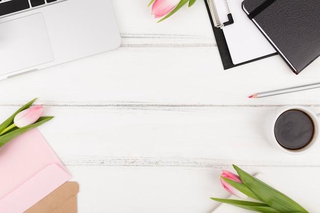 Postura plana do conceito de mesa com espaço de cópia