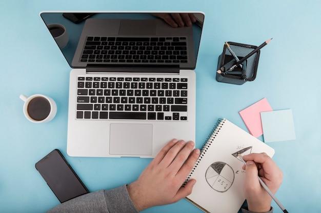 Postura plana do conceito de mesa com laptop