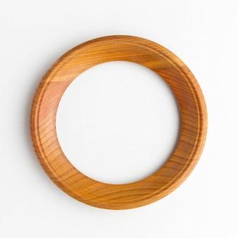 Postura plana do conceito de moldura de madeira redonda