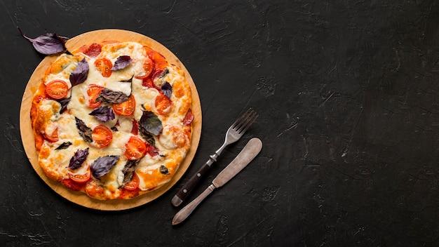 Postura plana do conceito de pizza deliciosa com espaço de cópia