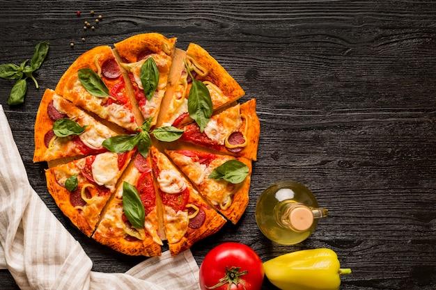 Postura plana do conceito de pizza deliciosa na mesa de madeira