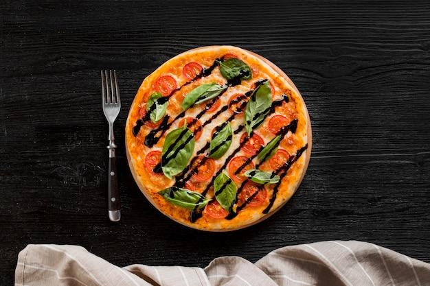 Postura plana do conceito de pizza deliciosa