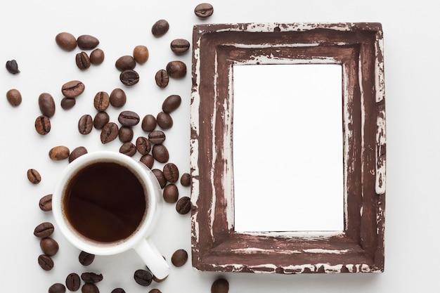 Postura plana do conceito de quadro com grãos de café