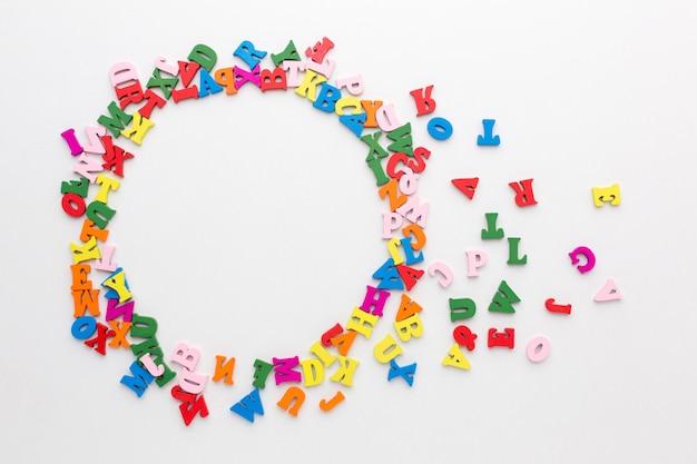 Postura plana do conceito de quadro de alfabeto colorido