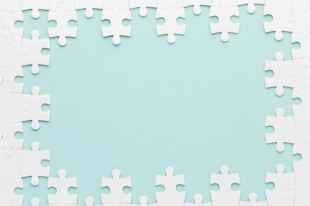 Postura plana do conceito de quadro de quebra-cabeça
