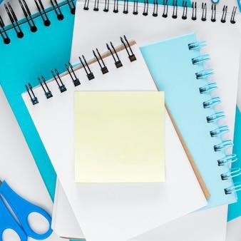 Postura plana do conceito de segunda-feira azul com espaço de cópia