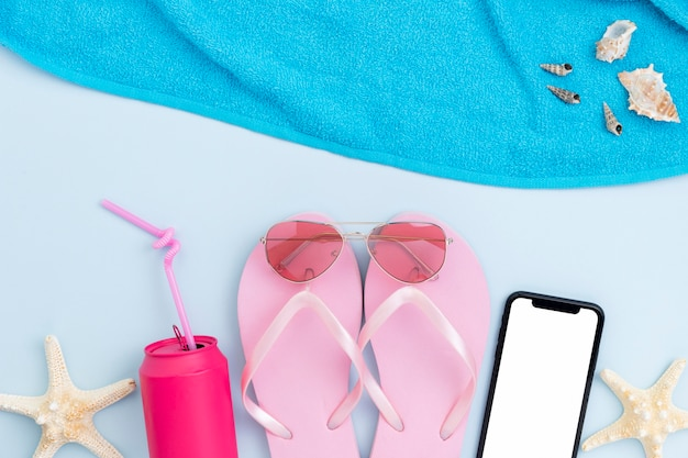 Postura plana do conceito de verão com acessórios de praia