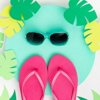 Postura plana do conceito de verão com chinelos