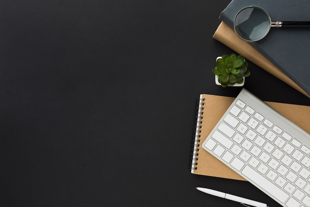 Postura plana do espaço de trabalho com notebook e teclado
