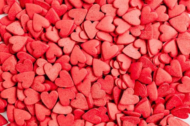 Postura plana, vista superior do padrão de corações vermelhos. conceito de amor.
