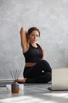 Posturas de ioga, meditação, relaxamento, gerenciamento de estresse, bem-estar e saúde