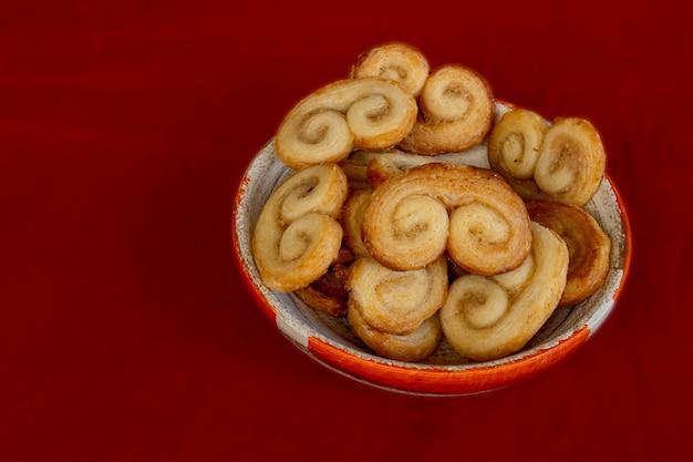 Pote com biscoitos palmiers - massa folhada doce
