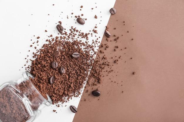 Pote com grãos de café moídos