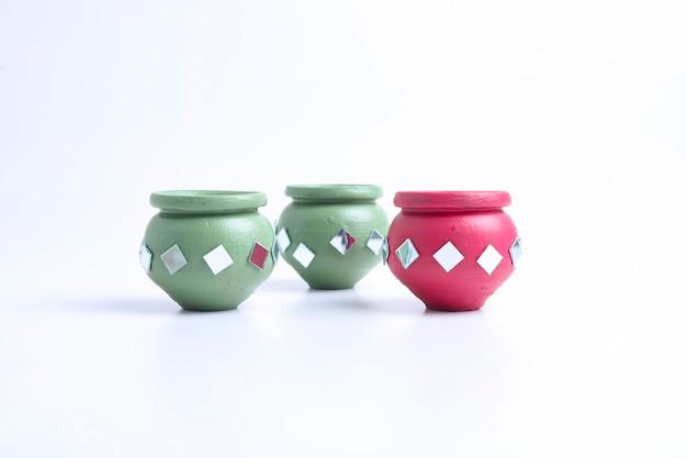 Pote de barro pequeno decorativo feito à mão.