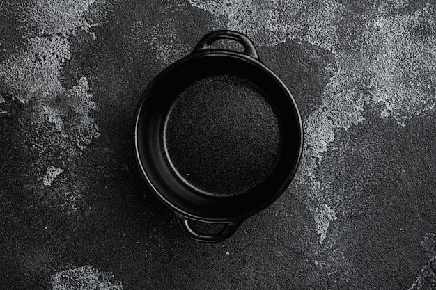 Pote de comida de servir vazio com espaço de cópia para texto ou comida com espaço de cópia para texto ou comida, vista de cima plana leigos, no fundo preto da mesa de pedra escura