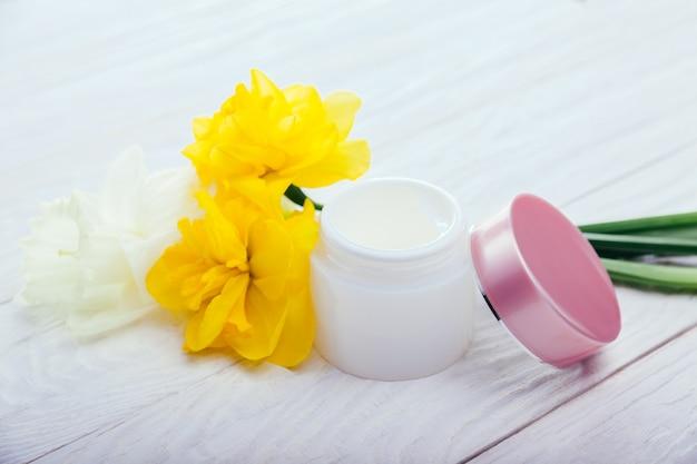 Pote de creme facial natural com flores. cosméticos orgânicos