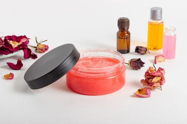 Pote de esfoliante corporal cosmético com pétalas de rosa. cosmético natural. cosméticos para casa