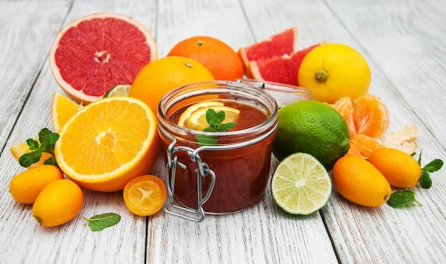 Pote de geléia e frutas cítricas
