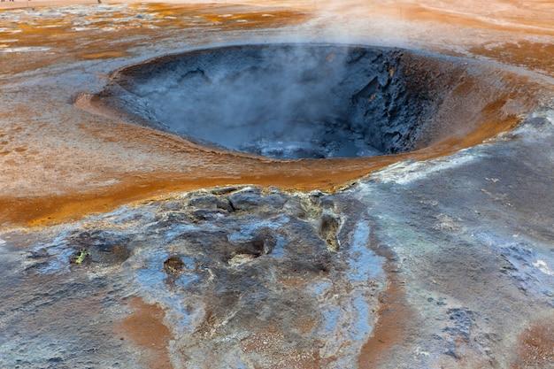 Pote de lama quente na área geotérmica hverir, islândia
