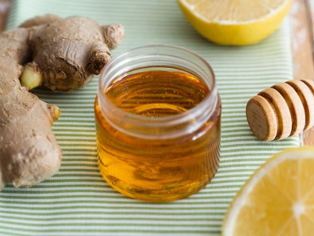 Pote de mel ao lado de gengibre