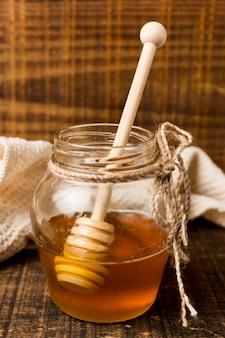Pote de mel com colher