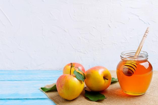 Pote de mel com e cópia de maçãs