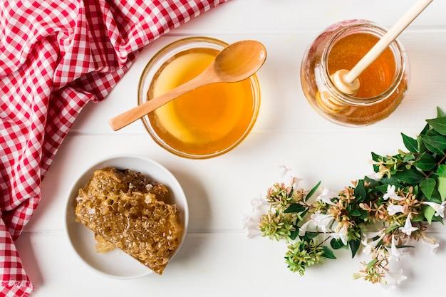 Pote de mel com favo de mel