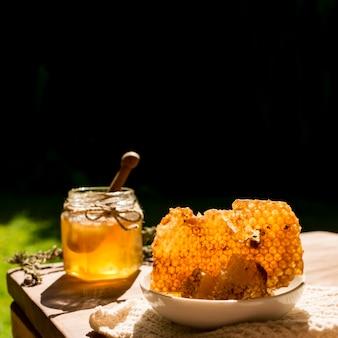 Pote de mel com favos de mel
