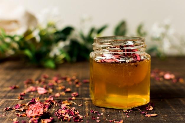 Pote de mel com pétalas