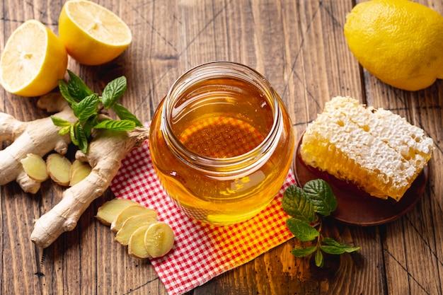 Pote de mel de alta vista com favo de mel